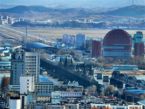 登上锦江山之巅,远眺鸭绿江中朝两国美景。