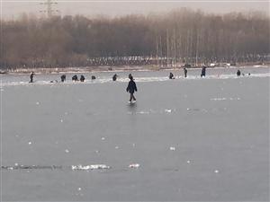 潮白河面�Y冰,玩耍的人!注意安全