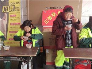 建鼎�物�V�雒赓M�榄h�l工人送�坌呐D八粥和茶�u蛋,��@些美化城市的老人��在寒冷的冬天感受一�z�嘏�!