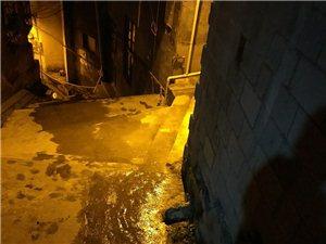桃花源中学后面月台巷,水管破裂很久了,既浪费水,冬天结冰了路面湿滑又不安全,希望有关部门能及时修护