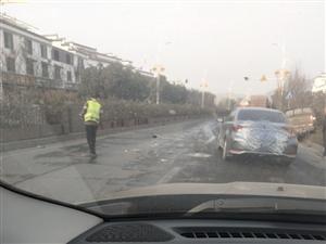 里仁高速出口处一皮卡车冲上花池,危险!