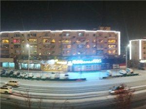 凌晨,清雪车早已经开始清雪工作了,下了半天的大雪已被清扫的干干净净、无影无踪了!为人们的出行提供安全