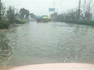 积水的路面,排队的环卫车
