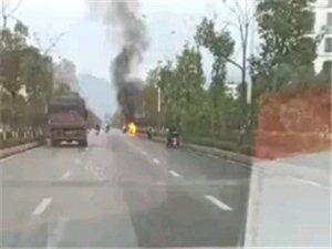 突发!寻乌一行驶摩托车突然冒烟起火,现场浓烟滚滚!