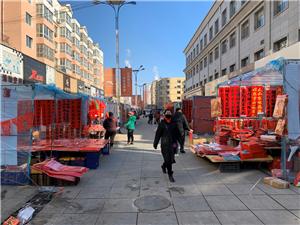 建平步行街的对联市场开卖了,一直到腊月三十