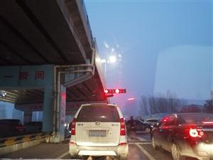 过了红绿灯要十五分钟啊,一个绿灯十几秒,一个红灯一分钟,合理不?