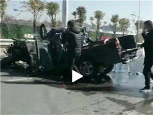 寻乌一皮卡车撞上护栏,车头严重变形,一人被困!