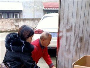 志愿者在春�送上40棵暖暖的心