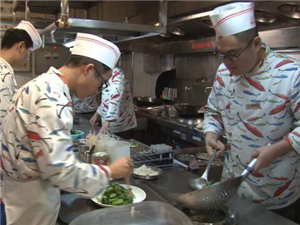 济南抽查部分餐饮单位舜和酒店厨师手部清洁不达标、聚福林厨师未戴口罩