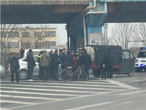 拥挤路段出交通事故,交警在也争论不休