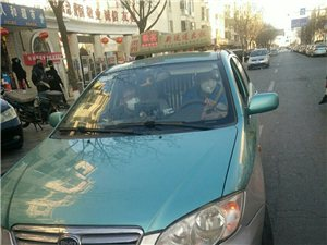 前方出租车使黑心急刹车,至使后车冲向路边,险些造成交通事故
