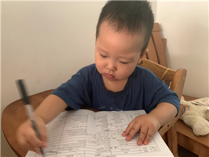 有同款宝宝吗?看见你用啥他非用,对筷子、笔格外感兴趣!