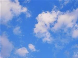 蔚�{天空,白云朵朵,