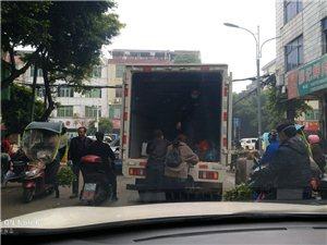 关于综合市场乱停车,停在路中间买菜装菜