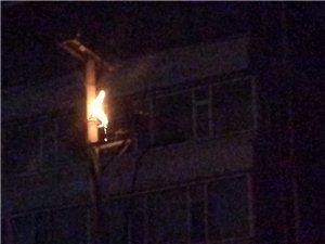 昨晚在明仁南街,高压变电器发生火灾,消防队和公安干警及时赶到,燃烧了近20分钟,供电都门赶到,但也是