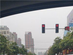航空路红绿灯路口车祸