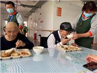 午餐期间,长者吃饭了中心配备中央厨房,卫生标准严格,饮食荤素搭配合理。营养团队专门针对不同身体状