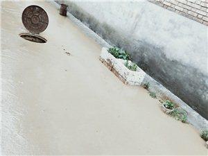大暴雨,山水淹�]村落
