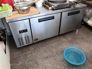 特价出售不锈钢冰柜一台(长180cm高80cm宽80cm),操作台两台(长150cm高75cm宽60...