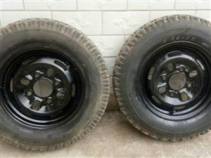 本人有兩個三輪摩托車舊輪胎處理,尺寸為4.50-12的,4個螺絲眼,100元一個,兩個都要的話可以便...