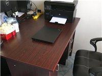 九成新,1.2米純實木辦公桌,八成新仿皮座椅,共兩套,一套200低價處理,自取。非誠勿擾。