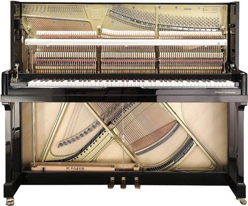 平舆县城,上河城好莱坞环球影城一楼大厅,黑白键钢琴品鉴店