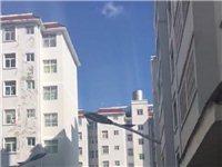 華夏附近鳳嗚小區,有房出售,二室一廳一廚一衛。一陽臺,52平方,售價18萬[微笑]有需要的聯系我。