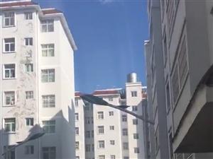 华夏附近凤呜小区,有房出售,二室一厅一厨一卫。一阳台,52平方,售价18万[微笑]有需要的联系我。