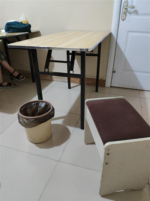 昨天才买的桌子,但是有点大不适合补习班,所以卖出,全新,有意者联系13083193162(微信同号)