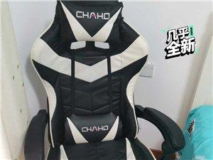 买来快三个月的电竞椅,现因搬家所以打算120元便宜出了,还有?#35805;?#31881;红色的有意者电话联系。自提