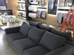 沙发长度2米4,购入价格3500+,专卖店里供顾客休息使用,使用时间一年半,9成新。