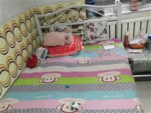 因本人要搬家,现在特出售此床,可以过来先看货,后考虑,床很结实,包括床垫(草垫),买下时间不长……