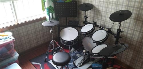 紅魔電鼓9成新 買了2個月 孩子不太喜歡 所以便宜出售 質量音質絕對沒有問題 送全套配件 有需要的聯...