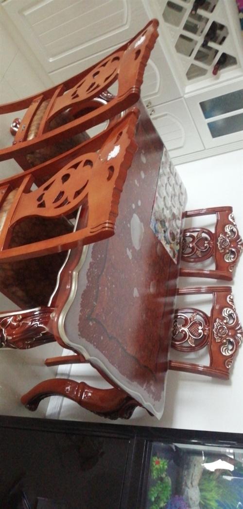 九成新實木桌子出售,買回來就當擺設了,因閑占地方便宜出售!圖片桌面上是塑料膜,買時1888,現138...