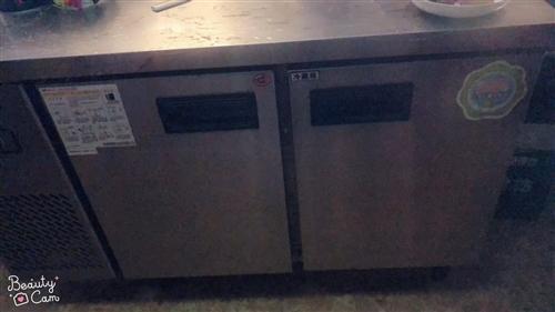 出售冰柜一台,制冰机一台要的电话联系。