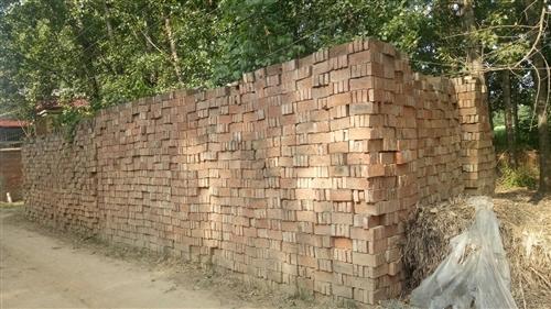卖小红砖  4年前买的老家里盖房的小红砖质量比较好厚    9万块砖准备盖房现在不盖了急处理价格可以...