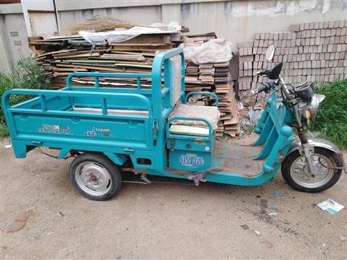 路源电动三轮车出售,原版原漆,挺板正的,三支轮胎全新,五块电瓶(60v),有意者前来洽谈139421...