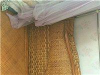 出售床和桌子,用五個月,因搬遷低價出售。 床2米x1.8米,低價1500元。桌子低價1500元聯系...