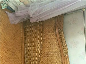 出售床和桌子,用五��月,因搬�w低�r出售。 床2米x1.8米,低�r1500元。桌子低�r1500元�系...