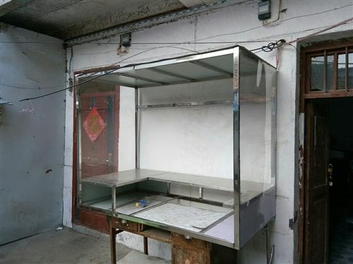 1.5长的三轮电动车与1米*1.8米的小吃架统一出售,铁板扒锅加两个油炸锅,也可分开出售。联系电话:...