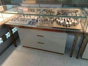 店面升级装修,九成新珠宝柜低价处理,有单独长方形、整体圆形、椭圆形的。是古董收藏、产品展示的好东西,...