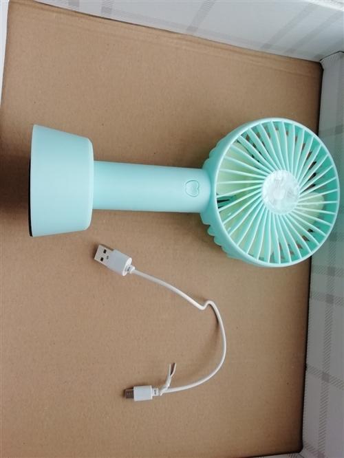 小風扇 風力很大,有三檔,充滿電一次可以用兩三個小時,底座有防滑墊,玩電腦的時候很實用,學生也可以用...