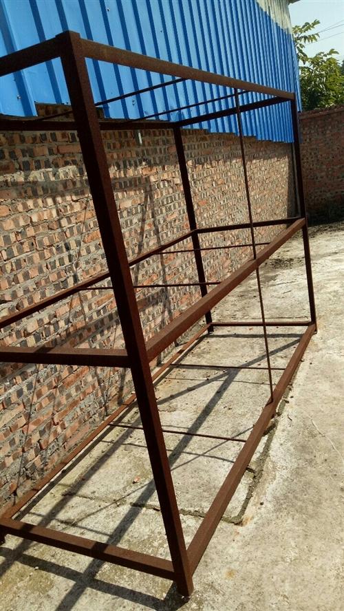 鐵架倆個,長2.36米寬70厘米高1.7米 木質操作臺倆個長3米寬1.8米 隔板十幾個低價轉讓有...