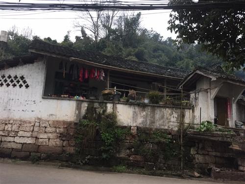 竹溪湖独门独院平房出售,重新翻修过,房顶已换,自家压水井,4个房间,一个灶房,一个客厅,有2间猪圈 ...