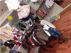 衣服大货架两个,墙上衣服架子,衣服撑子若干,,
