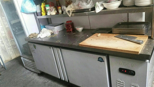 因无力经营烧烤店   现把店内各种厨具  座椅  冰柜低价出售      店铺也可出租转让   旺铺...