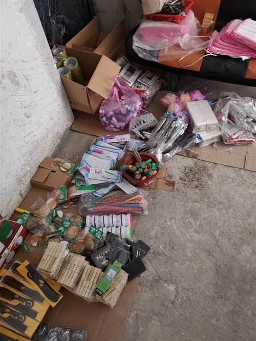 三四千塊錢的貨,論個數大概6.7千個物品,兩米攤位架5個,四米傘一個。處理一兩千塊錢一包包拿走!