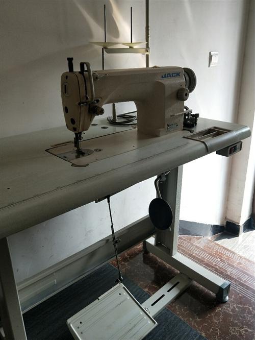 閑置的臺式電動縫紉機