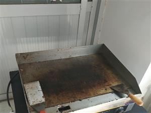 今年六?#36335;?#25165;买的铁板电的还有个电?#30446;?#26550;也是六?#36335;?#20080;的包着不想拆所以没有电烤架的图片  烤箱 三...