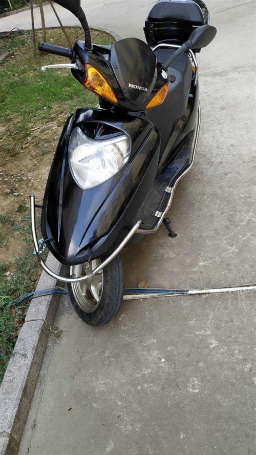 本田飞梦踏板摩托车 公里数刚到 1万公里  16年购买 冷热一把着 需要联系176813895...